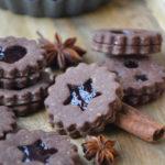 Sablés spitzbuben au cacao et à la gelée de vin chaud